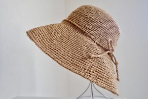 htLXKiRwRAe8XAKqyVknhA thumb 87ea 300x200 - 綿のように軽い!究極の手芸糸コットンラフィアで編んだ帽子!
